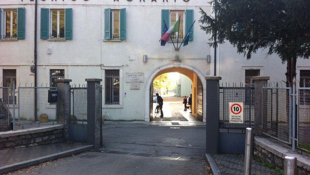 Brescia 15enne si butta dalla finestra della scuola le - Si butta dalla finestra milano ...