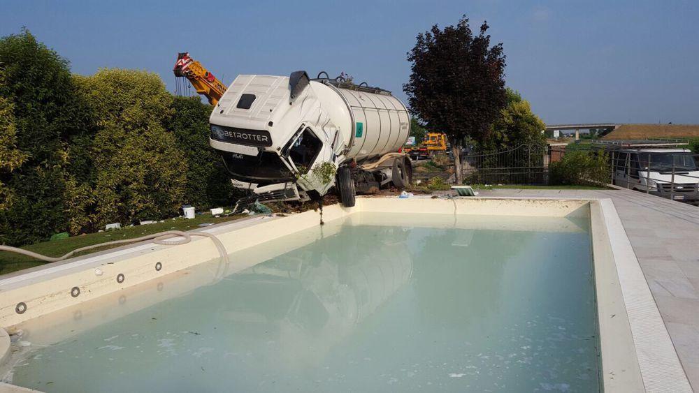 Castiglione sfonda il muro di una casa tir a bordo piscina - Piscina bagnolo mella ...