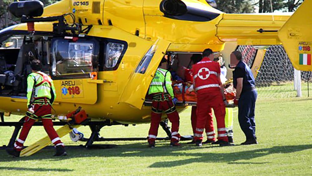 Cade in bici, gravi traumi al volto e allo stomaco: ricoverato in elicottero